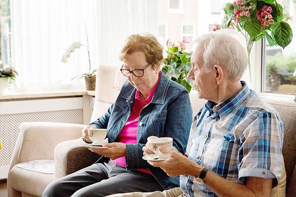Mantelzorger en partner die koffie drinken